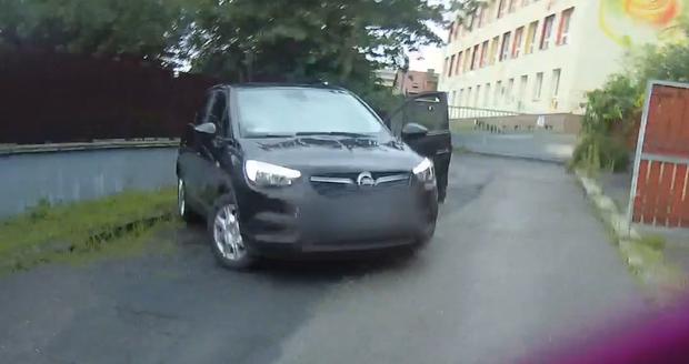 Muž se pokusil vloupat do auta, policistům ujížděl na kradeném kole.