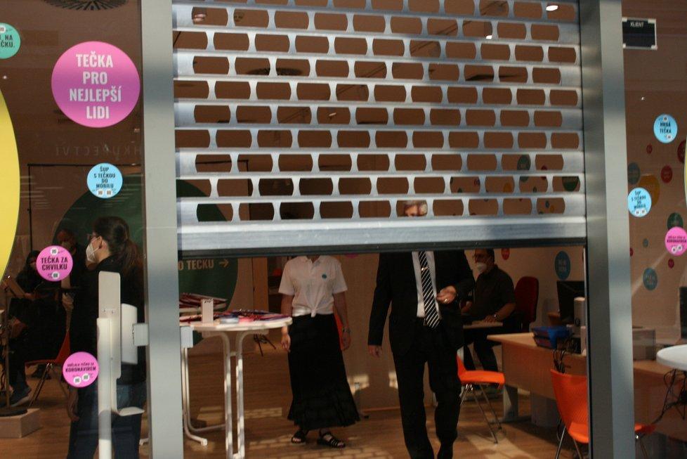 Otevření očkovacího centra pro lidi bez registrace v obchodním centru na Smíchově (19. července 2021)