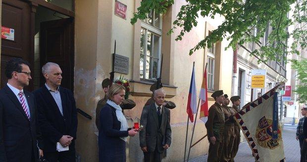 Pamětní desky v Italské ulici připomínají manželé Bergauerovi a Sobkovi, kteří pomáhali při operaci Anthropoid.