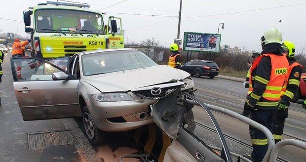 V Chodovské ulici se 22. ledna srazila tramvaj s autem.