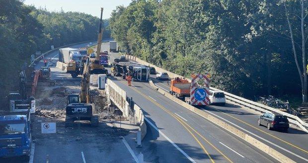 Převrácený kamion zablokoval dálnici D10. (9. září 2021)