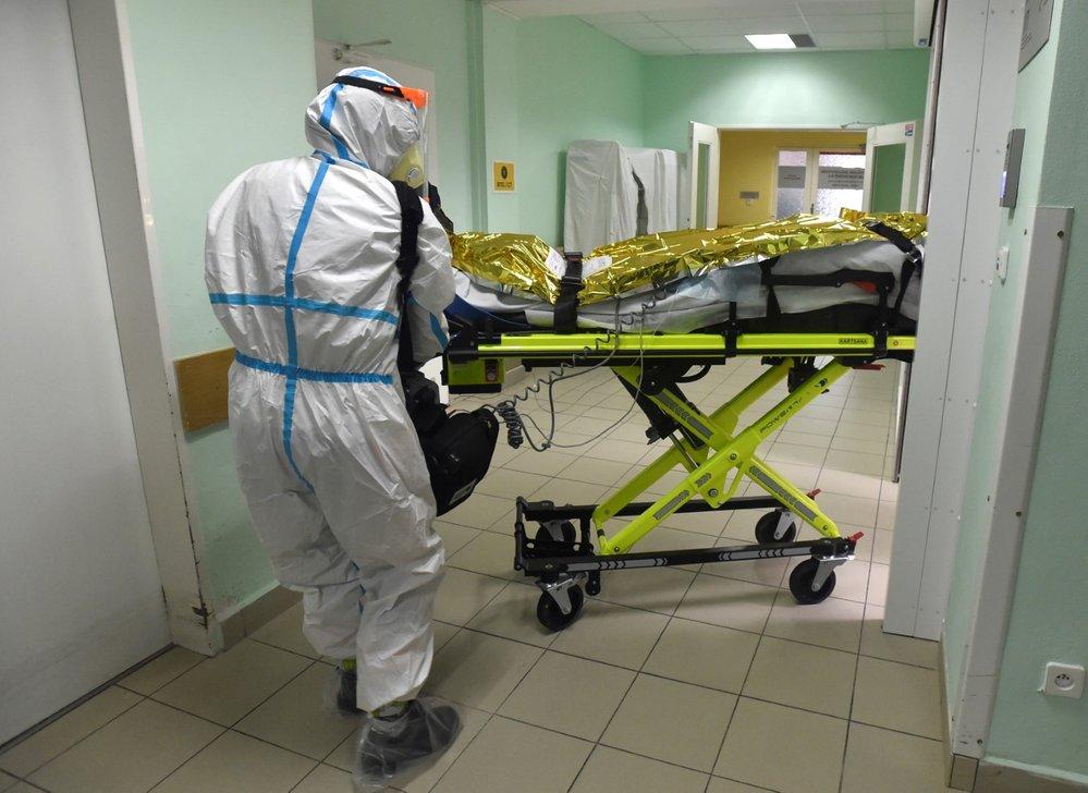 Zdravotníci 6. listopadu 2020 přivážejí do pražské Fakultní nemocnice v Motole nosítka s pacientem nakaženým koronavirem. Sanitky přivezly pět pacientů z nemocnic ve Zlíně, Uherském Hradišti a Kroměříži.