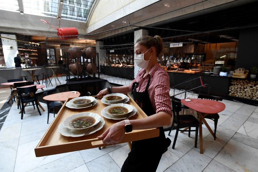 Pražská restaurace Červený jelen po zmírnění protikoronavirových opatření hostům otevřela vnitřní prostory (31. 5. 2021)