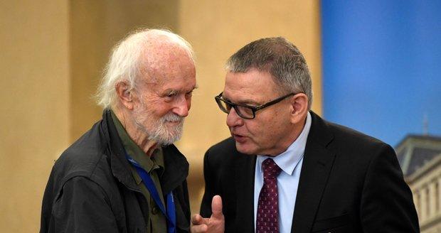Fotograf Josef Koudelka, který věnoval několika českým státním kulturním institucím na 2000 fotografií reprezentujících jeho celoživotní dílo, vystoupil 21. září 2021 v Praze na tiskové konferenci.