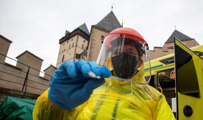 Takto se testovali zaměstnanci na hradě Karlštejn. Od července už to nebude třeba.