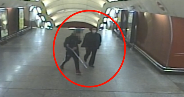Muž v metru Křižíkova napadl jiného. (10. října 2021)