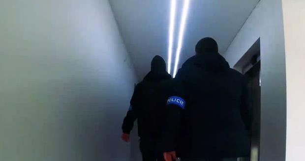 Gauneři zmlátili a okradli muže (54) v jeho vlastním bytě, policisté je zadrželi.