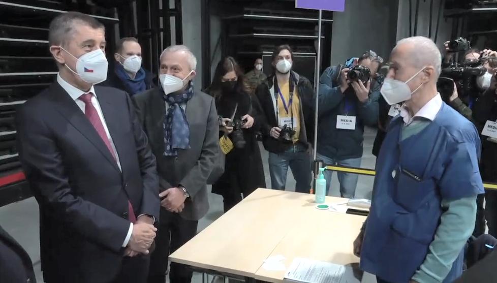 Andrej Babiš na inspekci ve velkokapacitním očkovacím centru v O2 universum. (9. dubna 2021)