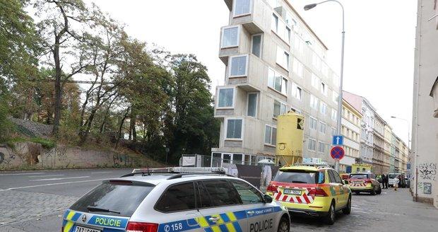 Dělník se v Neklanově ulici v Praze zřítil do výtahové šachty. (12. října 2021)