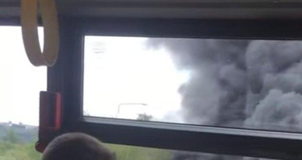 Na Pražském okruhu se srazil vězeňský autobus s tahačem, jenž vezl dva historické tanky.