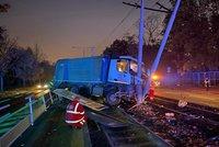 Děsivá nehoda na Podolském nábřeží: Popeláři vrazili do sloupu na kolejích, nejezdí tramvaje