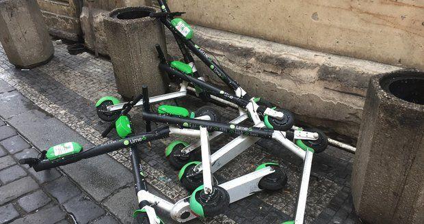 Hromada koloběžek Lime v centru Prahy.