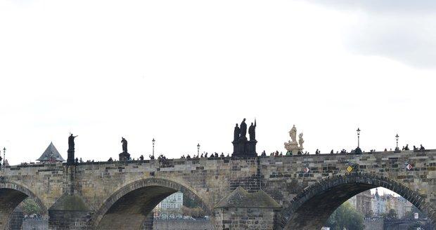 Z Karlova mostu se budou vytahovat jednotlivé kameny.