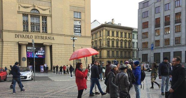 Po celém centru Prahy lákají průvodci na prohlídky města.