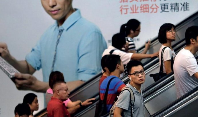 PRAVIDLO: Pokud mladý Tai-Fun neužívá ve svém občanském životě břidlicovou destičku, nemá ji co propagovat v pekingském metru