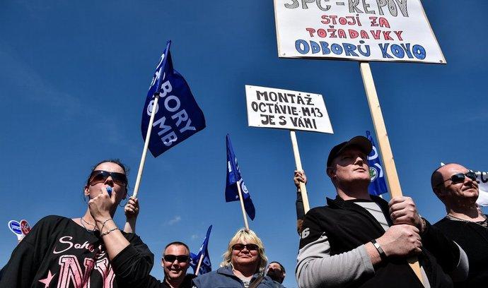 Před budovou vedení automobilky Škoda Auto v Mladé Boleslavi demonstrovaly 15. dubna tisíce zaměstnanců za vyšší mzdy. Odbory se stále s firmou nedohodly na růstu mezd, i když kolektivní smlouva vypršela na konci března.¨