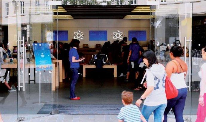 Před obchodem už nemusejí stát naháněči, brzy nás do něj navedou mobilní telefony