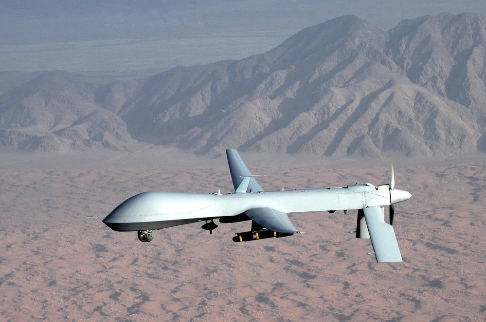 Na fotografii ezpilotní letoun General Atomics MQ-1 Predator. Někde uvnitř: virus