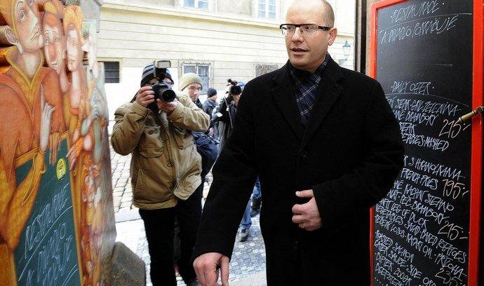 Předseda ČSSD Bohuslav Sobotka přichází na setkání s nastupujícím prezidentem Milošem Zemanem.
