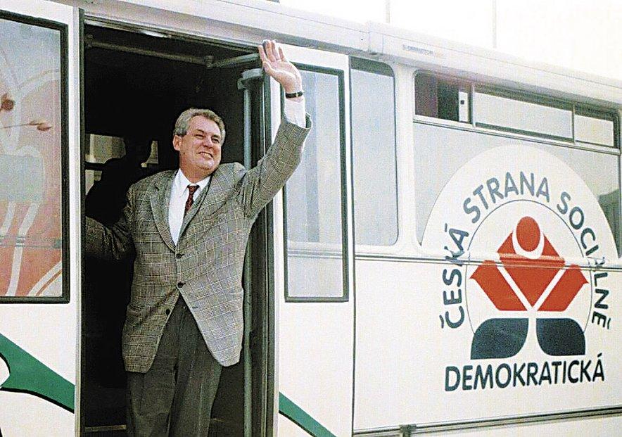 Předseda ČSSD Miloš Zeman vystupuje z autobusu Zemák po příjezdu na pondělní předvolební mítink do Kladna. volby - Blesk 29.11.2005