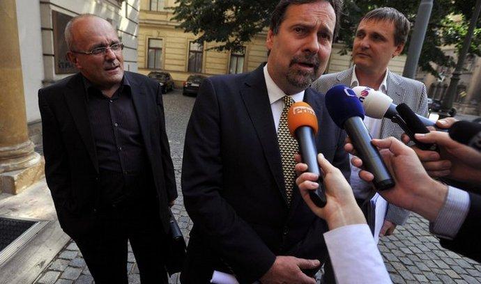 Představitelé VV (ministr pro místní rozvoj Kamil Jankovský, předseda VV Radek John a poslanec Vít Bárta) přicházejí na jednání K9