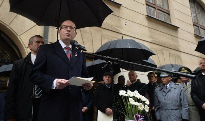 Premiér Bohuslav Sobotka hovoří 17. listopadu k účastníkům pietního shromáždění k uctění památky studentů Hlávkovy koleje