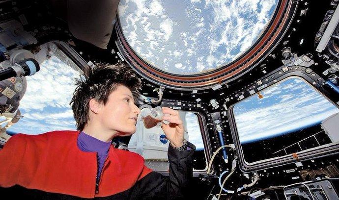 Premiéra. Italka Amantha Cristoforettiová si dala první šálek espressa v pozorovací kopuli ISS v uniformě kapitánky Janewayové ze seriálu Star Trek