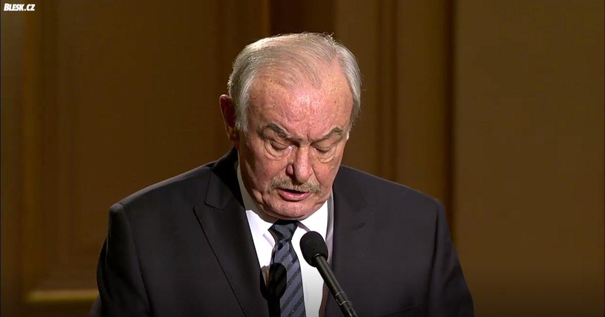 Jako jediný řečník při smutečním shromáždění k uctění Kuberovy památky vystoupil emeritní předseda Senátu Přemysl Sobotka (ODS)