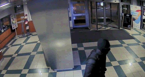 Dva pachatelé přepadli nočního hlídače v Podolí.