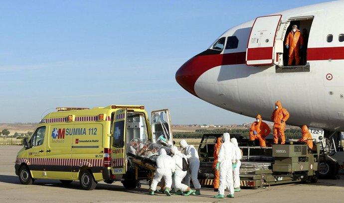 Převoz španělského kněze do madridské nemocnice