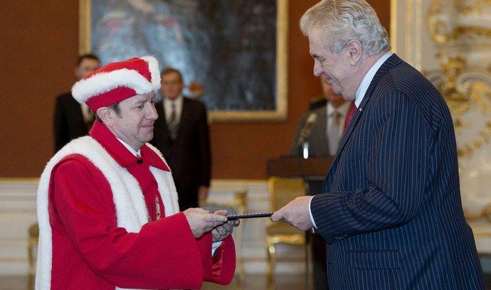 Prezident Miloš Zeman jmenoval 21. ledna na Hradě 12 rektorů vysokých škol.  Na snímku přebírá jmenovací dekret Jaroslav Miller z Univerzity Palackého.