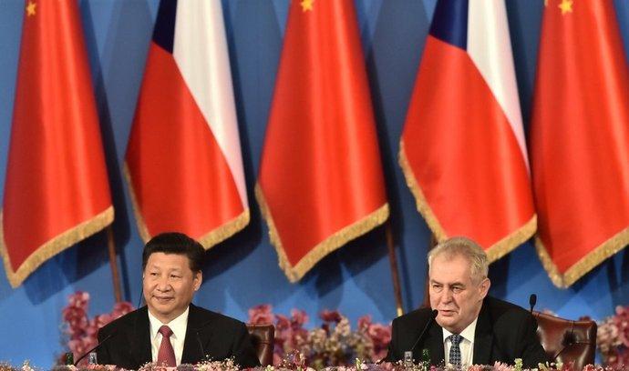 Prezident Miloš Zeman (vpravo) a jeho čínský protějšek Si Ťin-pching (vlevo) se 30. března zúčastnili diskusního ekonomického fóra na pražském Žofíně.