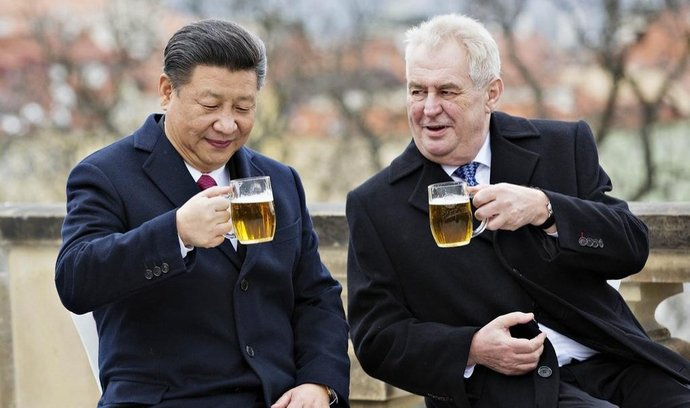 Prezident Miloš Zeman (vpravo) a jeho čínský protějšek Si Ťin-pching (vlevo) si na závěr Si Ťin-pchingovy návštěvy ČR připili pivem na terase Strahovského kláštera v Praze.