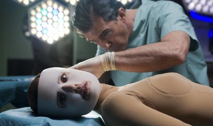 Příběh o absurdní pomstě doktora (Antonio Banderas) postrádá vřelost