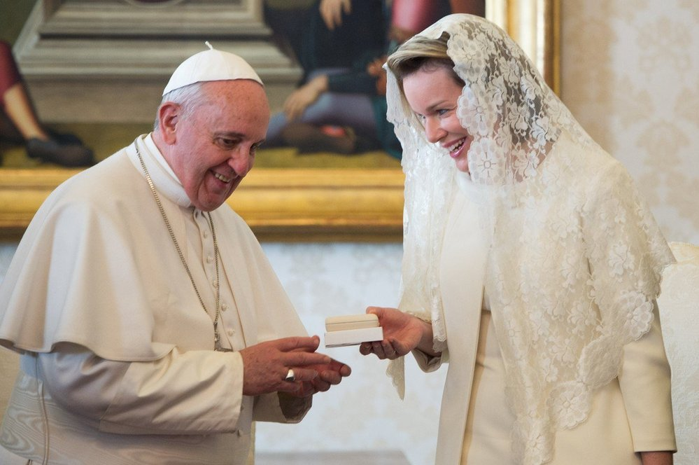 Mathilde má jednu výsadu. Jako jedna z mála může navštívit papeže v bílém oblečení. Ostatní musí chodit v černém