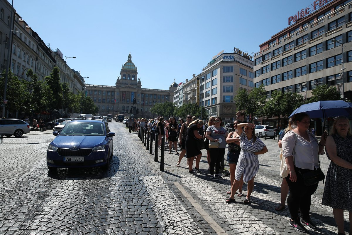 Takto to vypadalo v prvních chvílích otevření prvního českého Primarku na Václavském náměstí. Fronta místy dosahovala až k soše sv. Václava. (17. červen 2021)