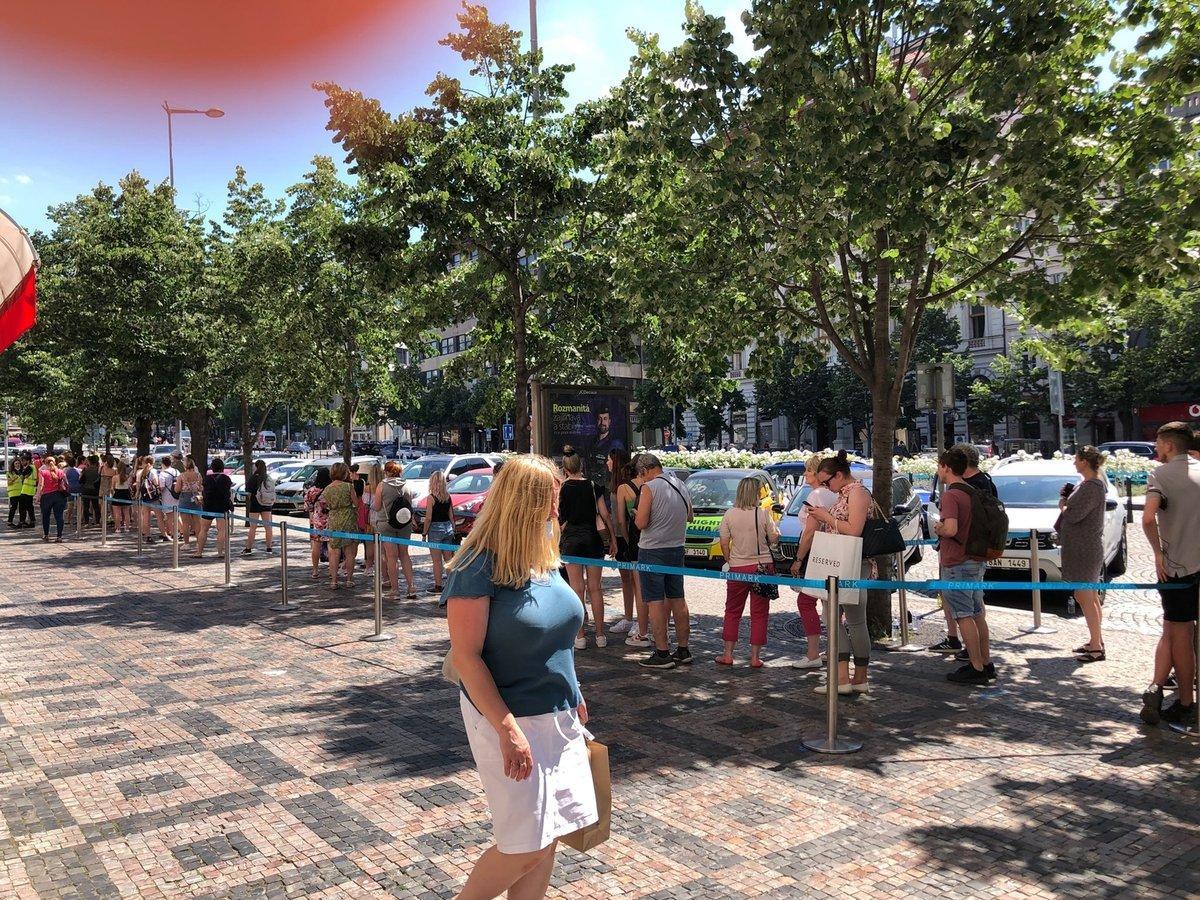 Takto to vypadalo v prvních chvílích otevření prvního českého Primarku na Václavském náměstí. Situace ve 14:45. (17. červen 2021)