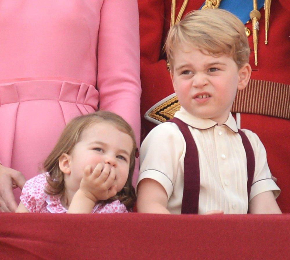 Princ George a princezna Charlotte se nudí na královském balkóně během slavností Trooping the Colour, 2017