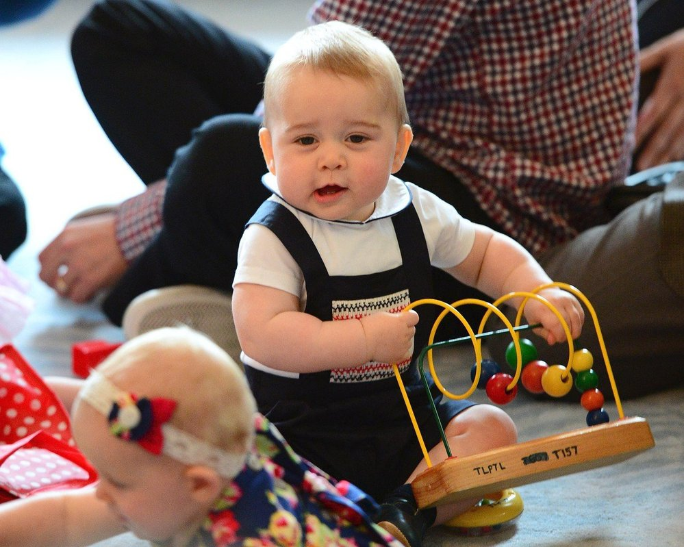 Princ George si na Novém Zélandu hraje s hračkami i s ostatními dětmi, 2014