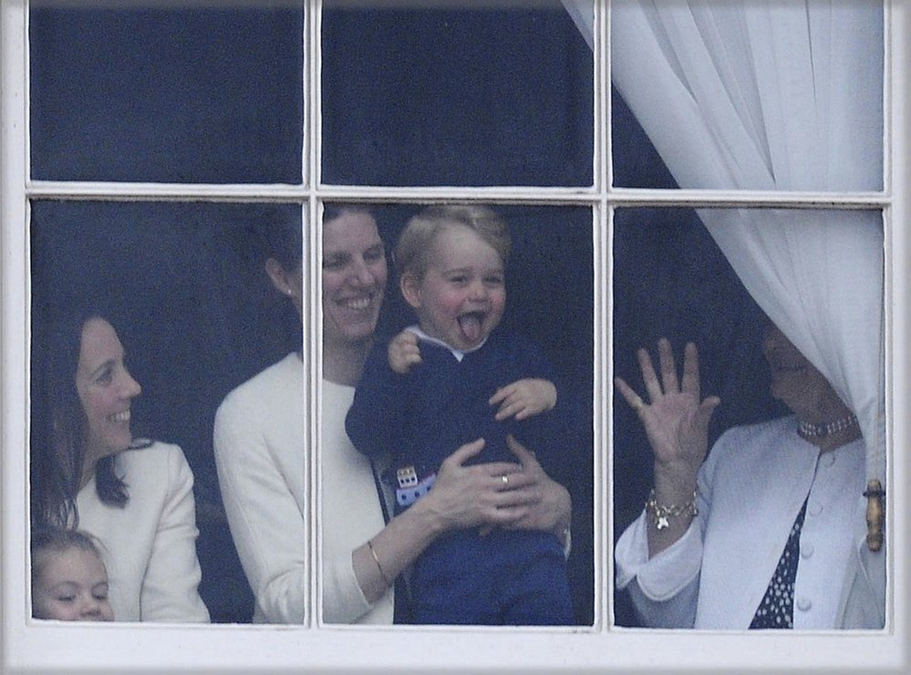 Princ George se svou chůvou Teresou během Trooping The Colour, 2015