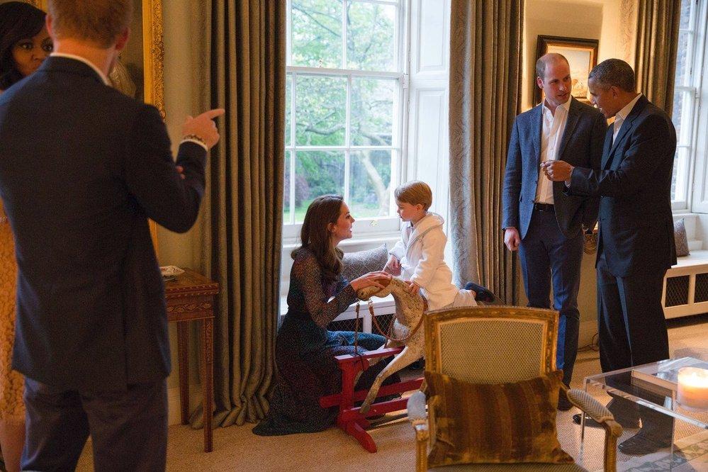 Princ George přivítal Baracka Obamu v Kensingtonském paláci v župánku, 2016