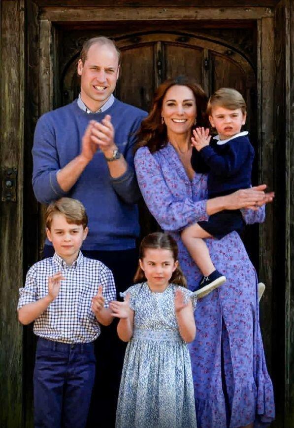 Budoucí králové William a George (dole) s Kate, Charlotte a malým Louisem.