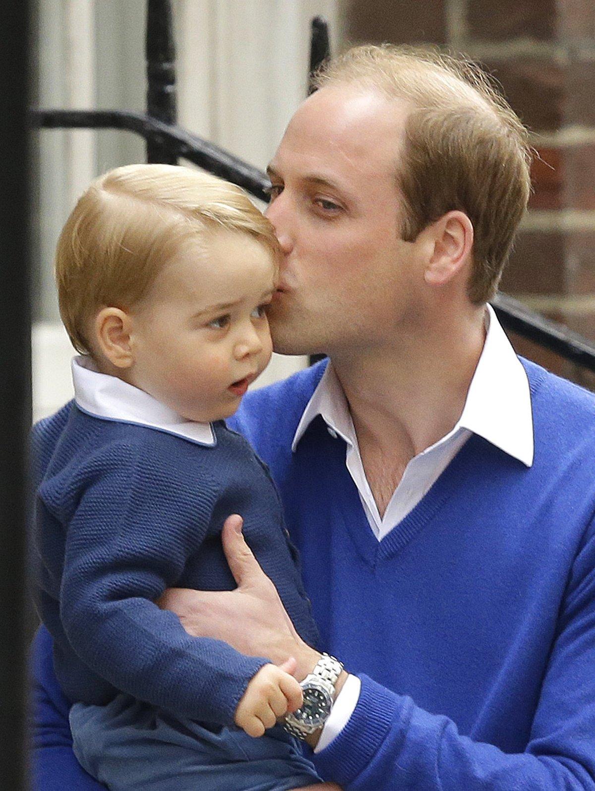 Sestřička je atrakcí i pro malého George, který stále běhá kolem a ani na chvíli se nezastaví.