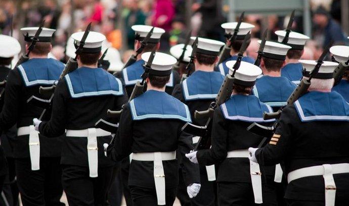 Příslušníci královského námořnictva mají nahradit pracovníky bezpečnostní agentury.