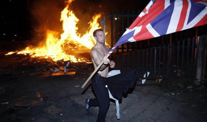 Protestantský demonstrant s vlajkou Velké Británie, slavící porážku katolíků