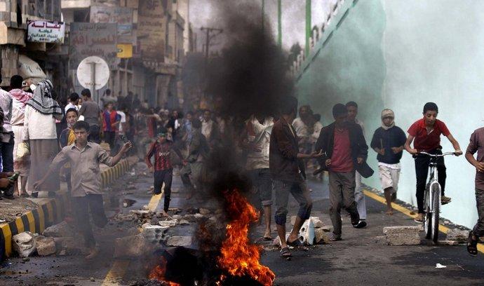 Protestující v Saná vytloukali kamením okna bezpečnostních objektů kolem ambasády, zapalovali auta a pneumatiky. Poté za skandování náboženských hesel vtrhli hlavní branou na její pozemky. Na místo útoku později dorazily policejní posily a až s pomocí slzného plynu dav před ambasádou definitivně rozehnaly. (Foto ČTK)