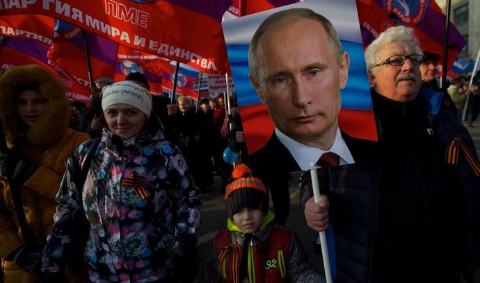 Provládní demonstranti v Moskvě