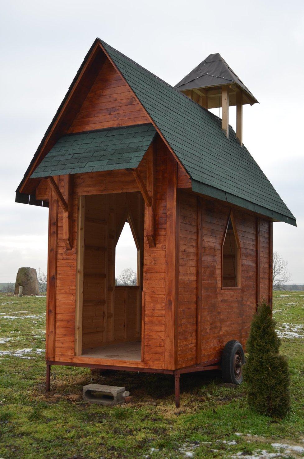 Dřevěná kaple je na kolečkách, lze ji zapřáhnout za traktor a kamkoli dopravit