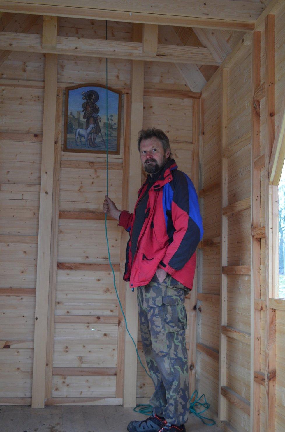 V kapli je obraz sv. Rocha a také zvonice, ukázal majitel útulku a psího hřbitova Jaroslav Kubalík