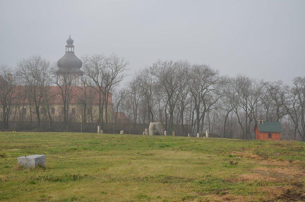Psí hřbitov s kaplí navazuje na areál jimlínského zámku